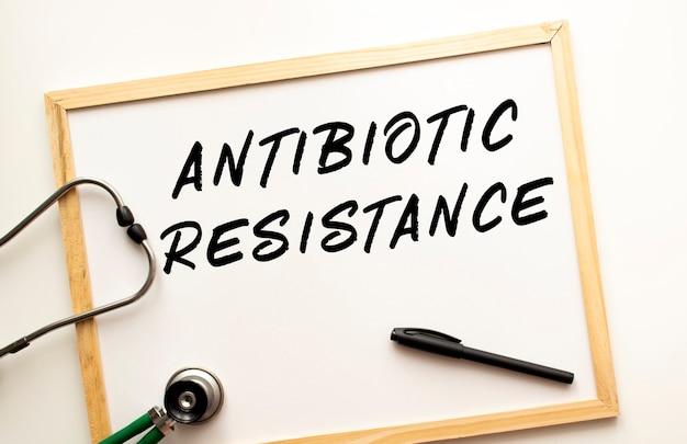 El texto de resistencia a los antibióticos está escrito en el tablero de la oficina con un marcador sobre fondo blanco.