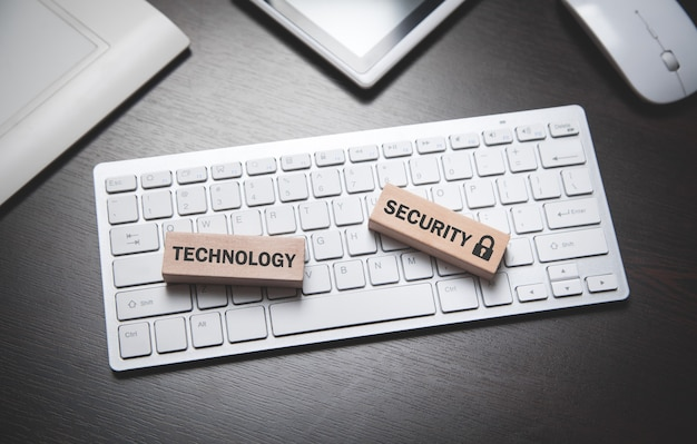 Texto de seguridad de tecnología en bloques de madera.