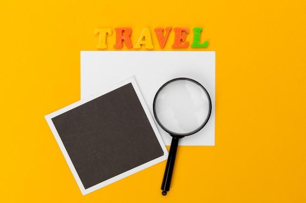 Texto sobre una mesa. concepto de viaje