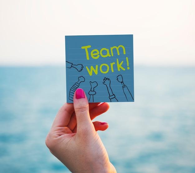 Texto de trabajo en equipo en un papel memo