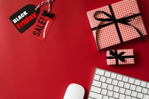 Texto de venta de viernes negro en etiqueta con teclado y caja de regalo