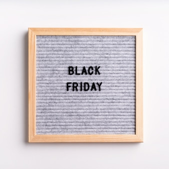 Texto viernes negro en tablero de letras gris