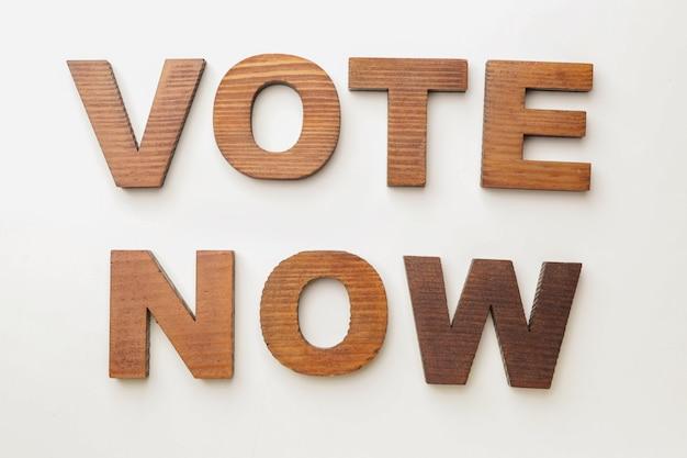 Texto vote now en blanco