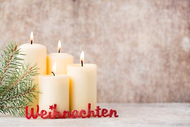Texto de weihnachten con velas y luces de navidad. fondo de navidad.
