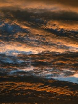 Textura abstracta de un espectacular cielo rojo con nubes