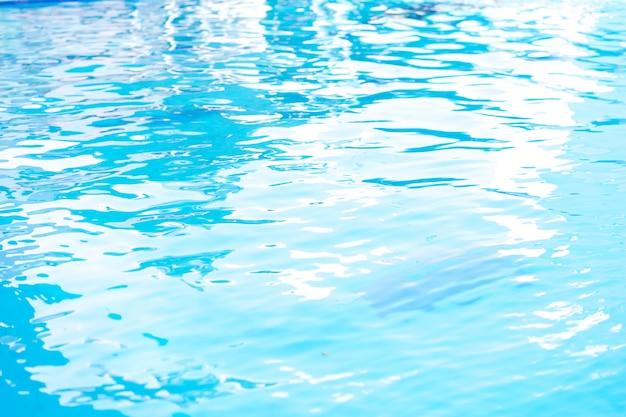 Textura de agua azul en la piscina.