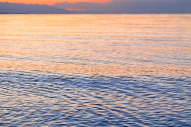 La textura del agua en los rayos del sol poniente suave