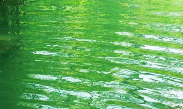 Textura del agua del río verde