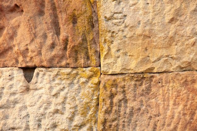 La textura del arte antiguo y la cultura antiguos de piedra en phanom sonaron parque nacional en el noreste al este de tailandia.