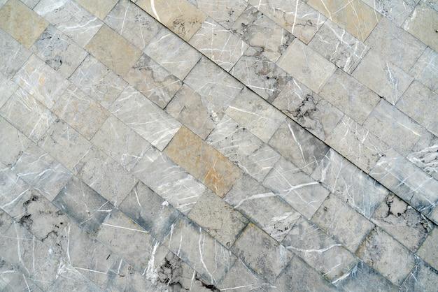 La textura de la baldosa gris se encuentra en diagonal.