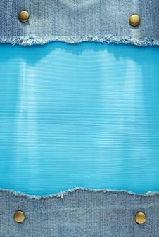 Textura de blue jeans sobre fondo de madera