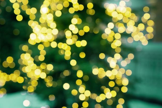 Textura bokeh brillante sobre fondo oscuro. imagen defocused de decoración de navidad al aire libre.
