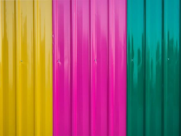 La textura del cinc colorido cubre el fondo de la pared