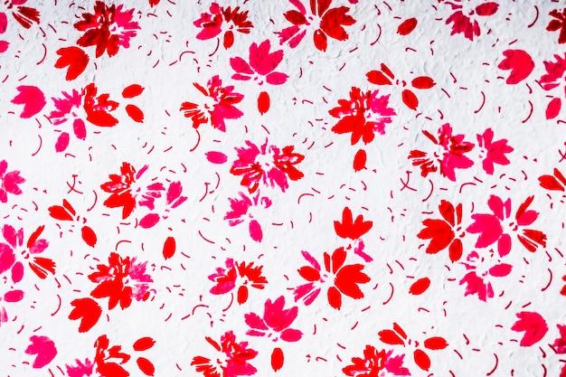 Textura floral roja transparente hecha de patrón de papel japonés de fibra de pétalos sobre un fondo blanco.