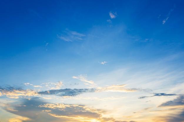 Textura del fondo del cielo azul con puesta del sol de las nubes blancas.