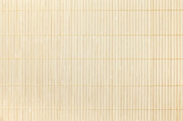 Textura del fondo ligero de madera. servilleta tradicional de bambú para una mesa.