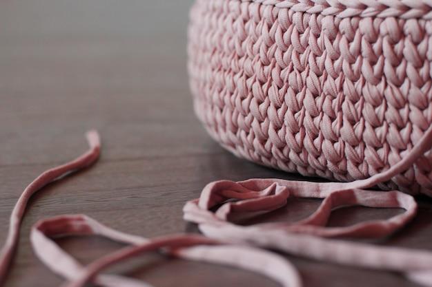 Textura de un hilo de tejer de punto rosa.