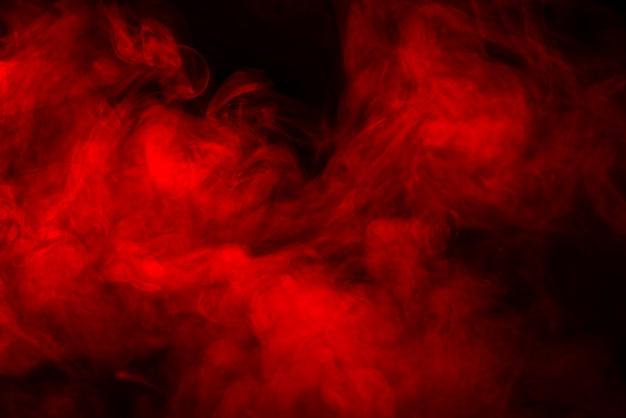 Textura de humo rojo sobre un fondo negro