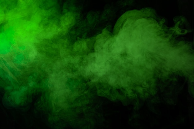 Textura de humo verde sobre fondo negro