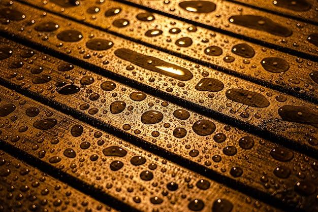 Textura de madera con gotas de lluvia con enfoque selectivo espacio de copia