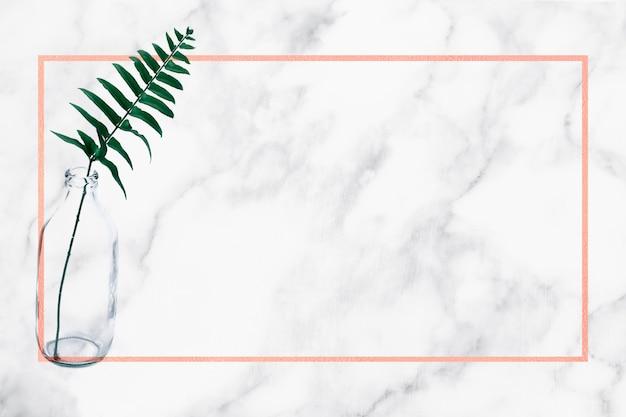 Textura de mármol blanco con hojas tropicales y marco naranja