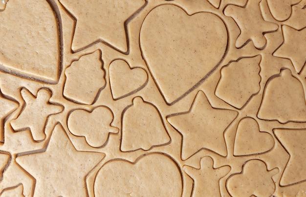 Textura de masa de jengibre con figuras recortadas de galletas