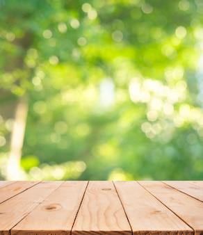 Textura de mesa de madera real en árbol de hoja borrosa