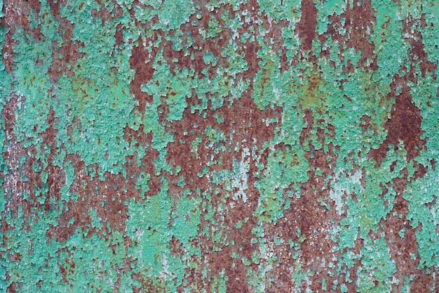 Textura de metal oxidado. hoja de metal con óxido y pintura verde desgastada. fondo de metal