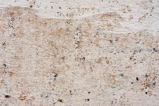 Textura de un muro de hormigón con grietas y arañazos.