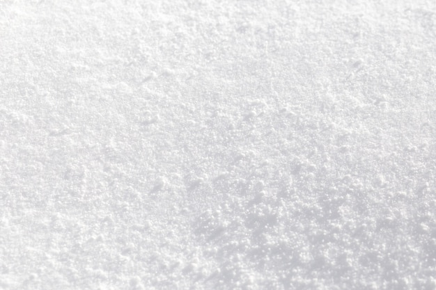 Textura de nieve blanca reluciente bajo el sol.