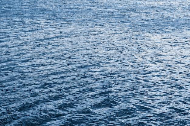 La textura de las olas en el río durante el viento.