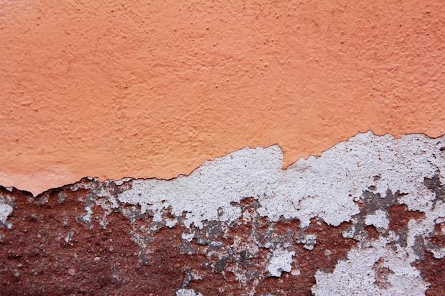 Textura de pared de grietas en tonos naranja y rojo. fondo.