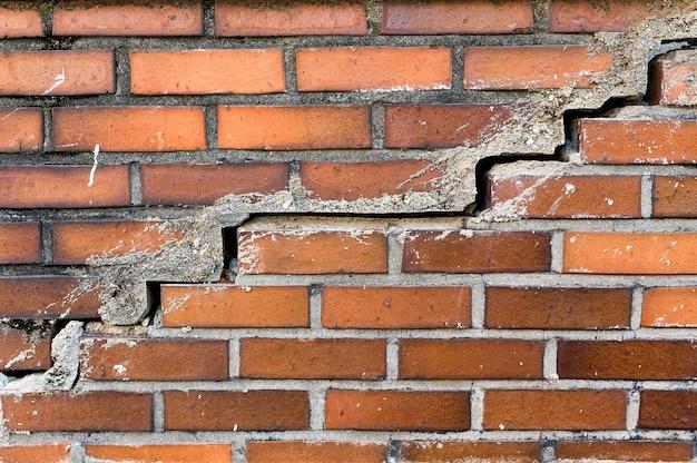 Textura de pared de ladrillo naranja agrietado