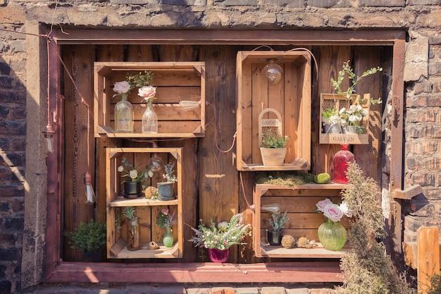 Textura de pared de madera con cosas de jardín y plantas verdes.