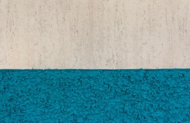 Textura de pared con pintura blanca y azul. pared de grano fino. fondo.