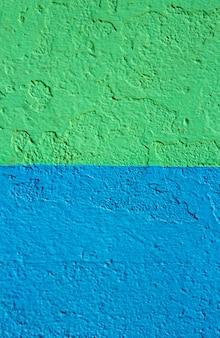 Textura de pared con pintura verde y azul. fondo.