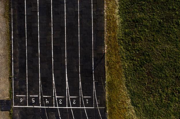 Textura de la pista de atletismo con números de carril, fondo de la pista de atletismo