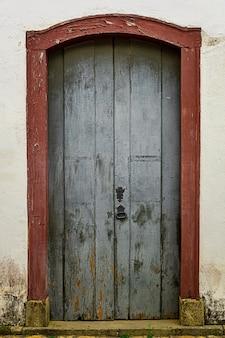 Textura de puerta de madera vieja con detalles metálicos.