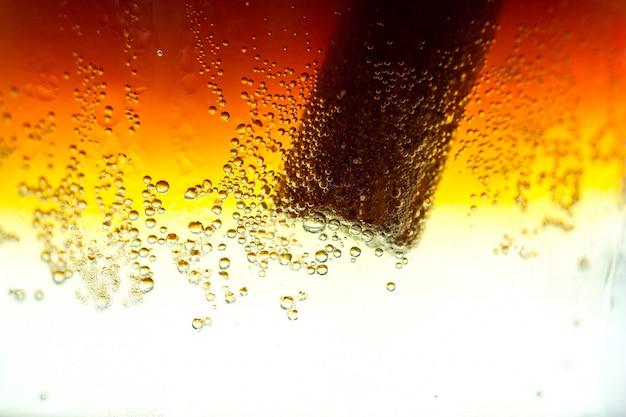 Textura de refrescante cóctel frío con burbujas de soda. bebidas frías y carbonatadas.