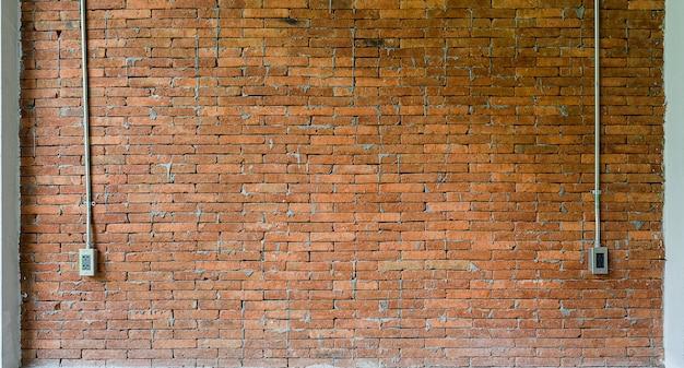 Textura roja de la pared de ladrillo y del tubo ligero para el fondo.