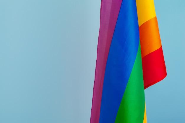 Textura de la tela de la bandera gay del arco iris de cerca