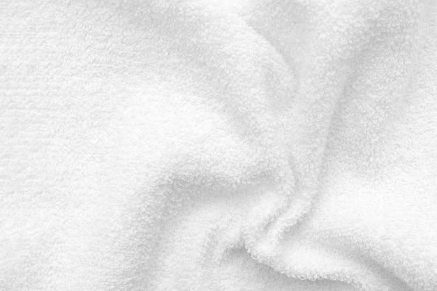 Textura de tela de felpa arrugada blanca con pliegues. textura de toalla