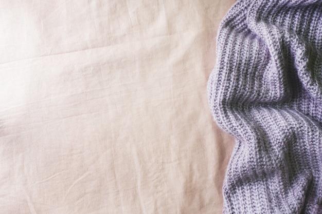 Textura de tela suave en la cama y manta tejida.