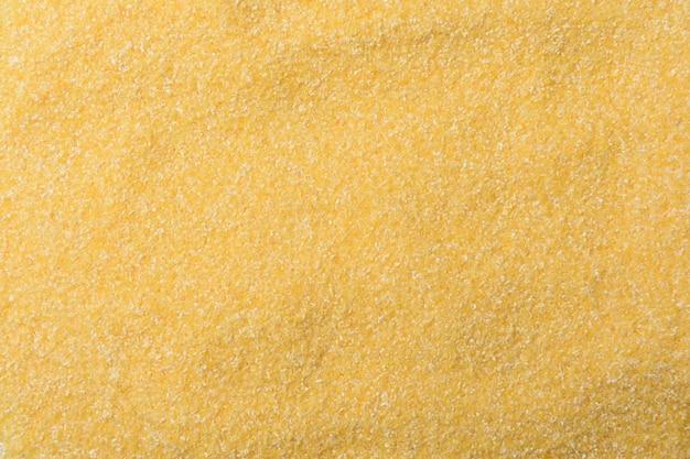 Textura de textura de harina de maíz granulada sobre fondo blanco.