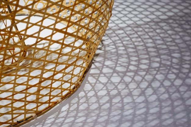 Textura de vid de bambú tejida con sombras en el suelo
