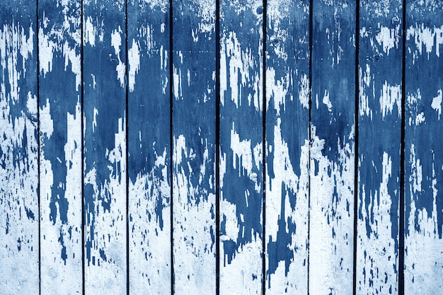 La textura de la vieja pared de madera en color azul, año 2020. fondo abstracto de madera
