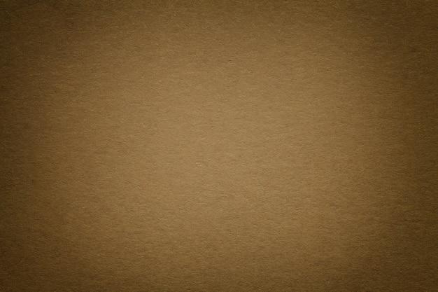 Textura del viejo fondo oscuro del papel marrón, primer. estructura de cartón denso.