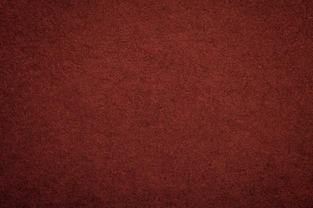 Textura del viejo fondo de papel rojo oscuro, estructura de cartón marrón denso