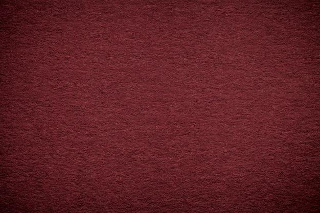 Textura del viejo fondo de papel rojo oscuro, primer