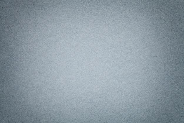Textura del viejo primer de papel gris claro. estructura de cartón denso. el fondo plateado